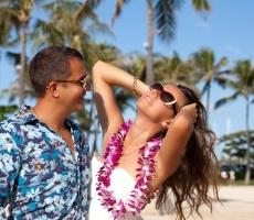 Hawaii couple happy on exotic Hawaiian beach
