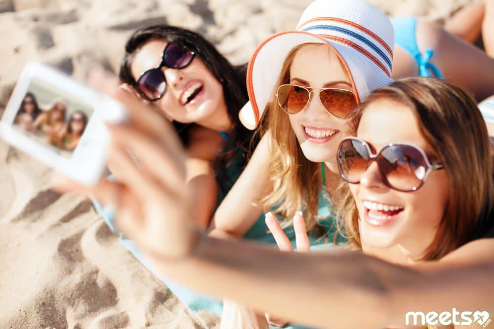 girls making selfie