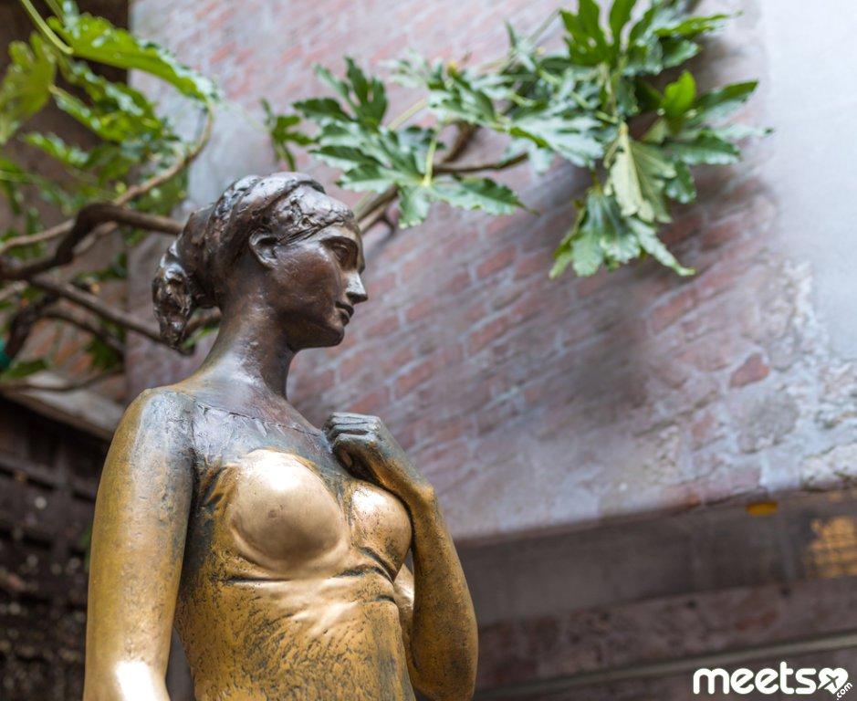 Julieta statue in Verona