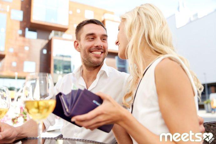 парень с девушкой в кафе